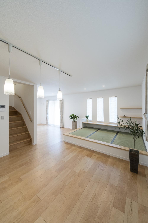 小上がり畳のある、モダンな雰囲気のリビング。畳のさわやかなグリーンが空間を彩ります。