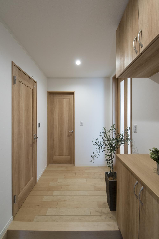 木の温もり感じるナチュラルな配色の玄関ホール。