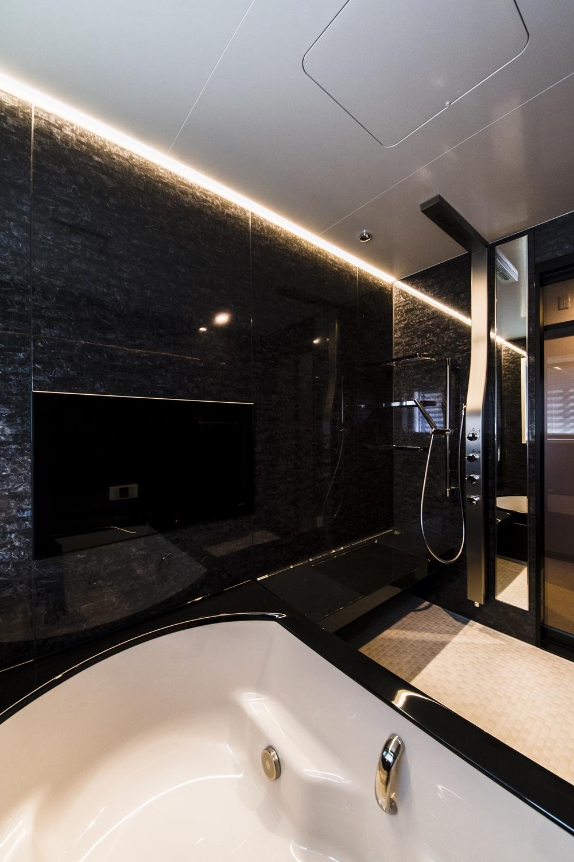 浴室テレビ/ゆったりと湯船につかりながら、臨場感ある映像と天井から降り注ぐサウンドで、快適なバスタイムを満喫できます。