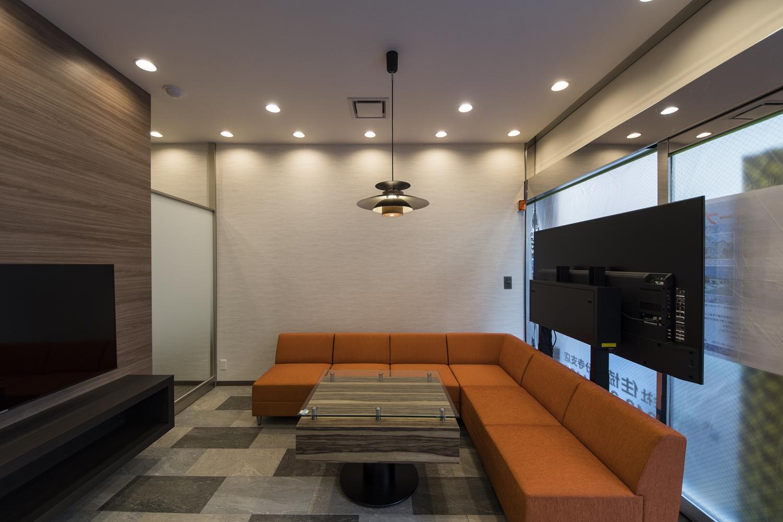 シックなカラーをベースに、北欧カラーの家具を差し色にした、高級感と温かみを合わせ持ったモダンな空間。