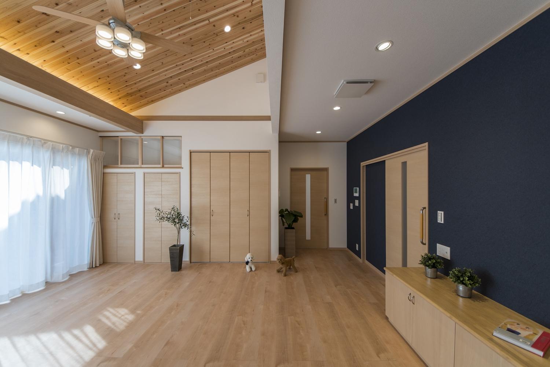 和紙の質感を再現したネイビーのクロスをお部屋のアクセントにして、上質な空間を演出しました。