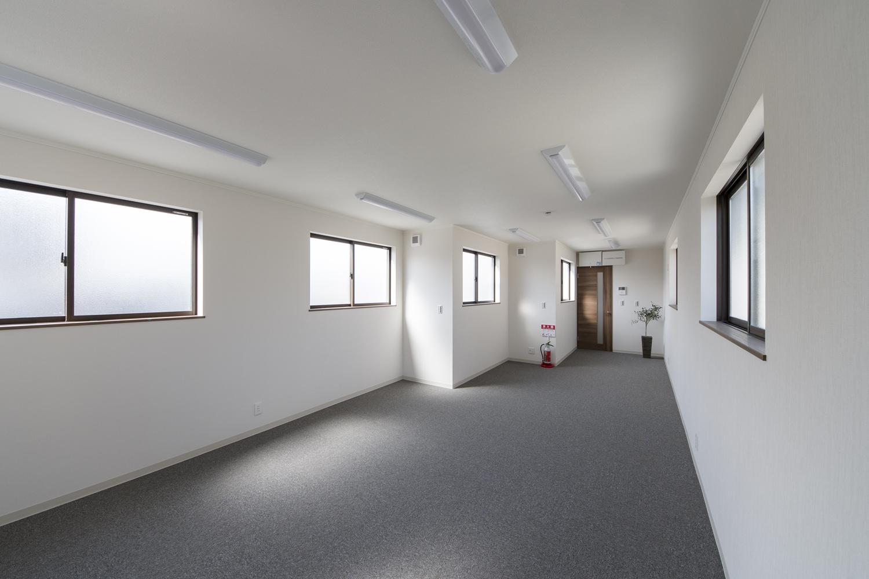 2F事務室/自然のやさしい光が降り注ぐ明るい空間。