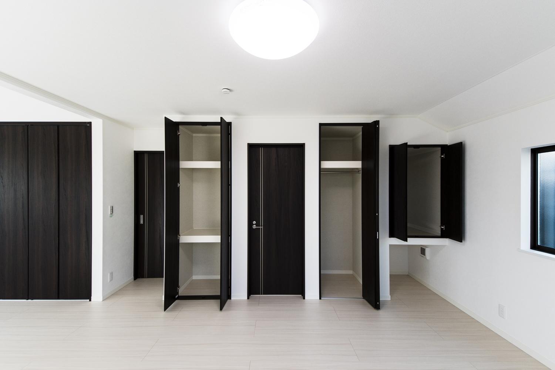 2F洋室/白い空間に、ダークブラウンの建具をアクセントにした清涼感のある美しい2階洋室。