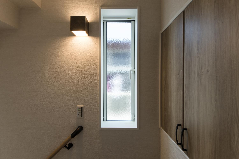 2Fホール/窓からの自然光とブラケットライトの柔らかな光が、空間にあたたかみをプラスします。