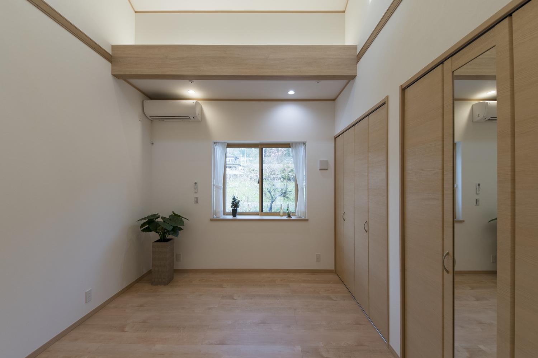 洋室/木の温もりを感じる、穏やかな配色の室内。