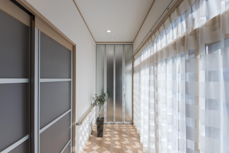 お部屋をぐるっと囲む設計の廊下。特に南側の廊下は明るく光のあふれる場所。ちょっとしたテラスのような空間です。