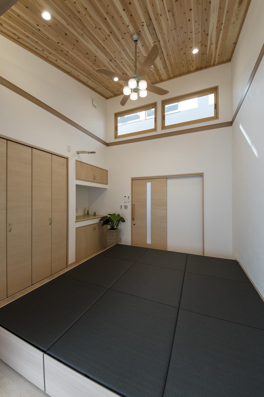 洋室/勾配天井に杉板を張り、おしゃれな照明を施しました。森林浴をしているような、やわらかい空間に仕上がりました。
