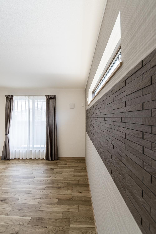2階洋室/空気を美しく整えるインテリア壁材「エコカラット」をあしらいました。重厚感ある質感でが楽しめて、上質な空間を演出します。