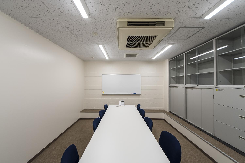 ミーティングルーム/白を基調とした清潔感のある空間。