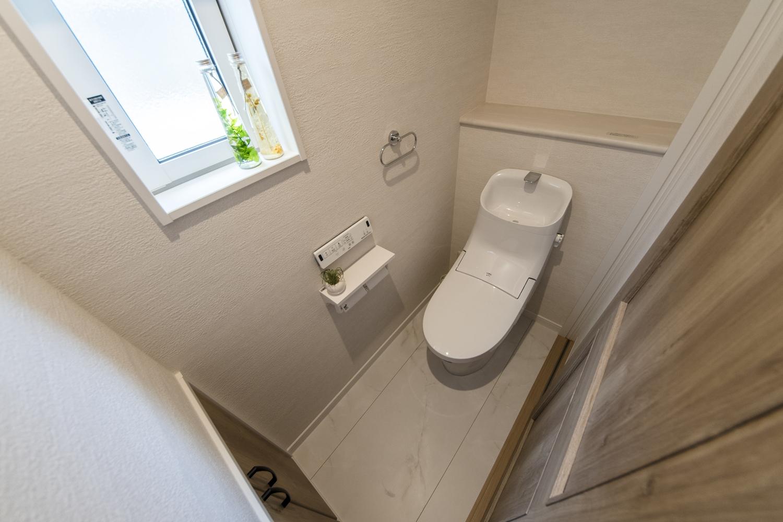 2Fトイレ/小物などをおしゃれに飾るカウンターと、収納を設置しました。