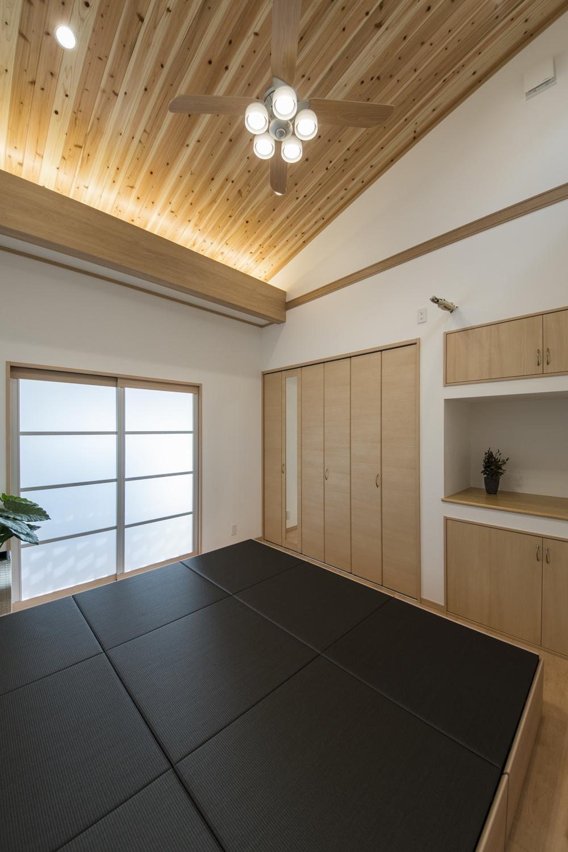 洋室/勾配天井に杉板を張り、間接照明を施しました。森林浴をしているような、やわらかい空間に仕上がりました。