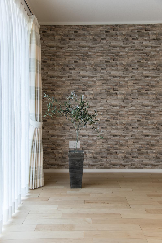 表情豊かな石積をリアルに再現したアクセントクロスがモダンな空間を演出します。