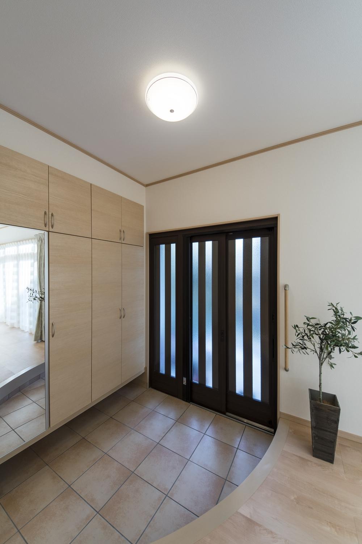 スライドタイプの玄関ドア/子供を抱っこしていてもラクラク。お年寄りにもやさしい。立ち位置を変えずに扉を開け、扉を開けたままゆっくり通れます。