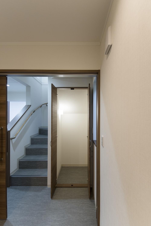 階段下のスペースを収納にしました。
