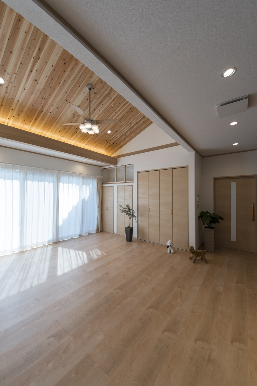 勾配天井に杉板を張り、間接照明を施しました。森林浴をしているような、やわらかい空間に仕上がりました。