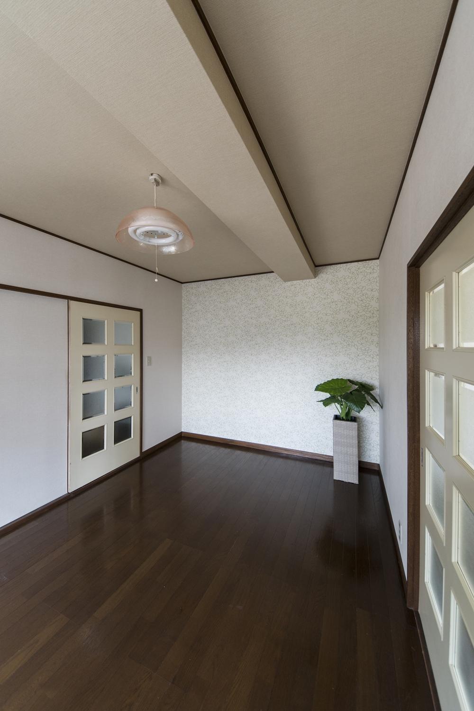 壁にリーフ柄のクロスをアクセントにして、天井にも麻布をモチーフにしたクロスを施したナチュラルな空間。