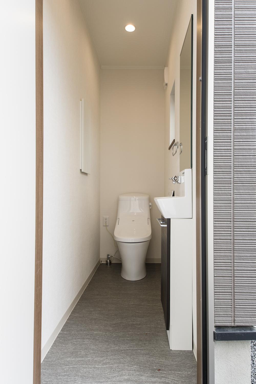 トイレ/白を基調とした清潔感のある空間。