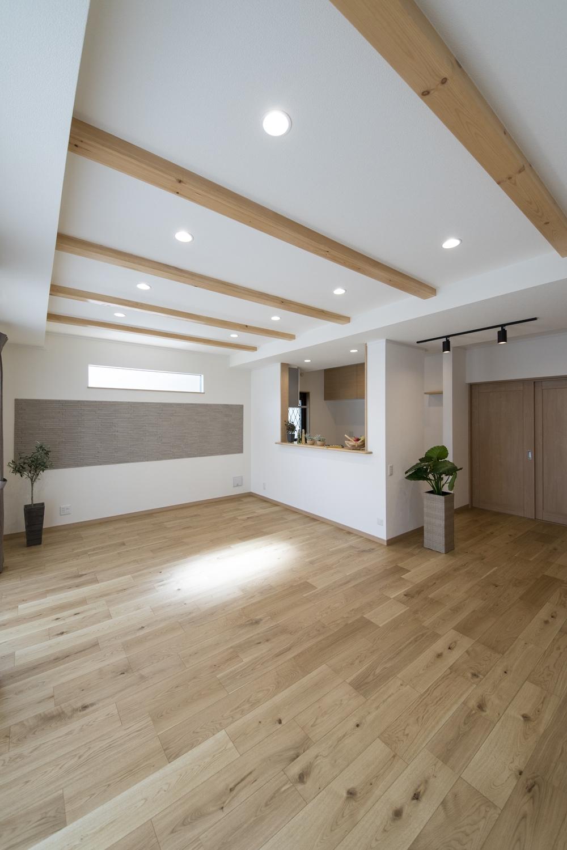 天井の高さに変化をつけて化粧梁をアクセントにしました。リビング空間全体をナチュラルな雰囲気に仕上がりました。