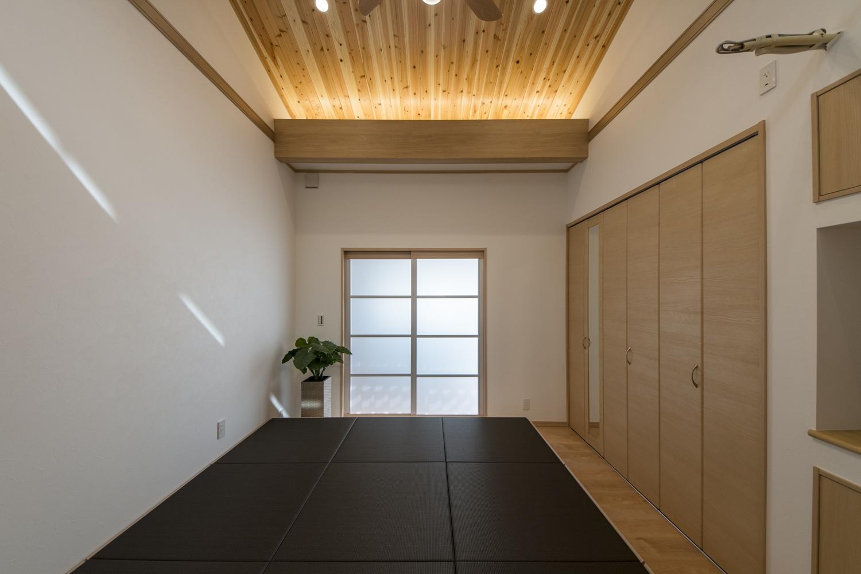 洋室/和モダンな畳収納を設置。チャコールグレーの畳の下は収納になっていて、ベッドとしても使用可能です。