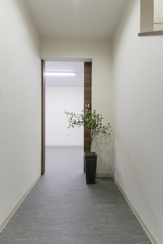 エントランスホール/こちらを中心に、ミーティングルームや、倉庫、2階へとつながる設計。