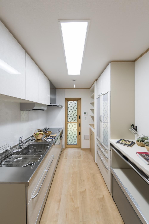 キッチン/食器洗い乾燥機や、カップボード、吊戸棚を施した、見た目も使い勝手も優秀なキッチン。