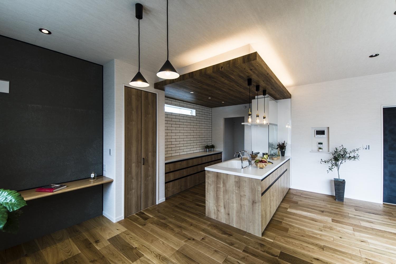 ウッドテイストの下がり天井が空間を仕切り、キッチン全体を引き締めます。魅力的な多灯照明がくつろぎと温もりを与えます。