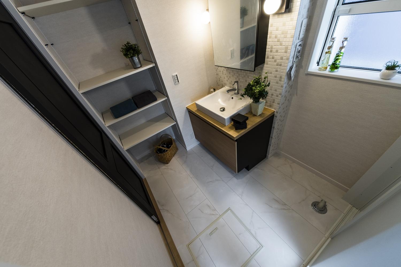 サニタリールーム/タオルや洗剤等をたっぷり収納できるリネン棚を設置しました。