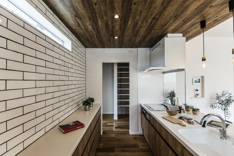 キッチンの奥に、パントリーと冷蔵庫スペースを造りました。ゲストからは見えない位置にあるので、キッチンがとってもスッキリです!!
