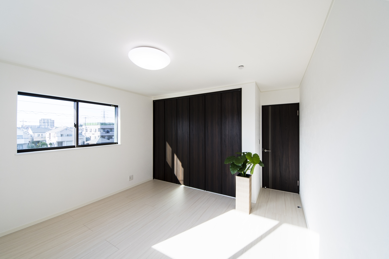 2F洋室/白い空間に、ダークブラウンの建具をアクセントにした清涼感のある美しい空間。