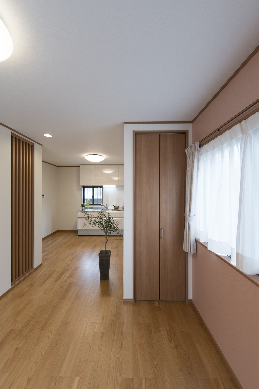 旧和室部分の窓は低い場所に位置していた為、目線に合わせて窓を高い位置に変更しました。