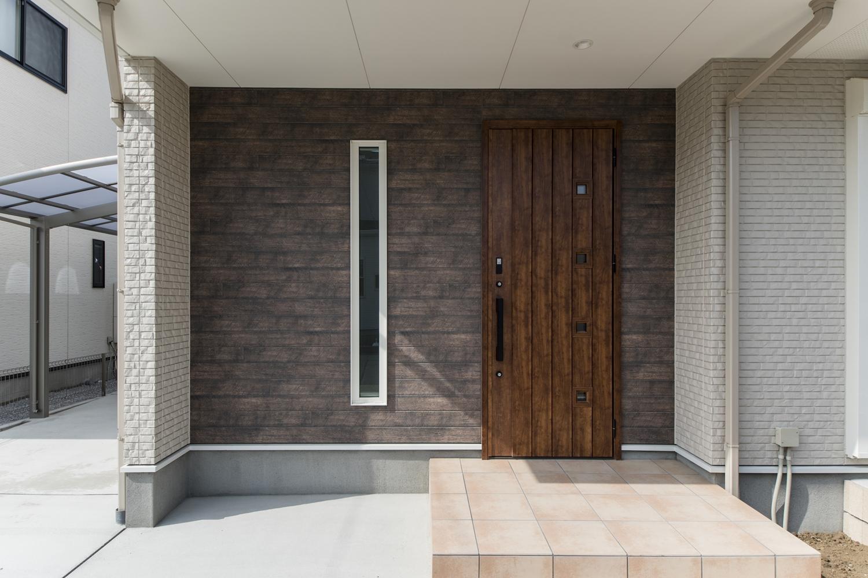 アンティーク調のドアや壁を施した、ナチュラルテイストな玄関まわり。