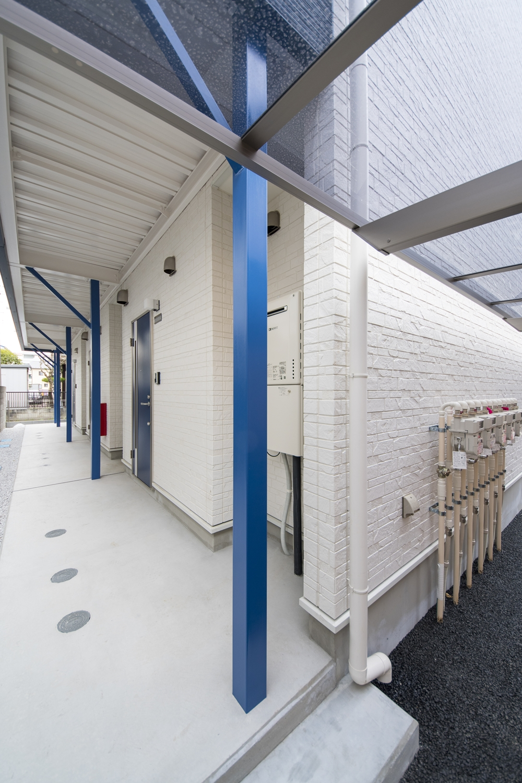 白いサイディングをベースに鮮やかなブルーをアクセントにした、スタイリッシュなデザイン。