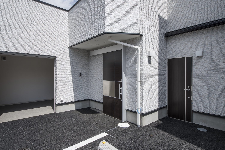 白をベースにモノトーン系カラーをアクセントにした外壁、四角形を組み合わせたフォルム。スタイリッシュなデザインの事務所が完成しました。