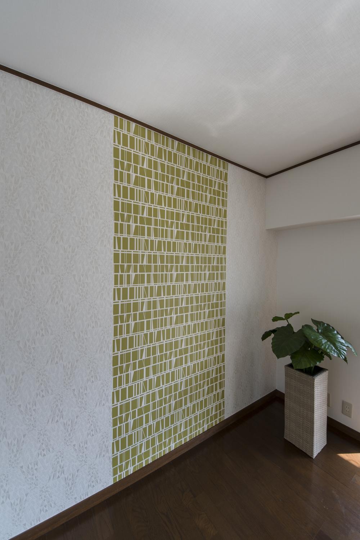 キラっと光る模様の入った白いクロスと、異なるデザインのクロスを組み合わせたスタイリッシュな空間。