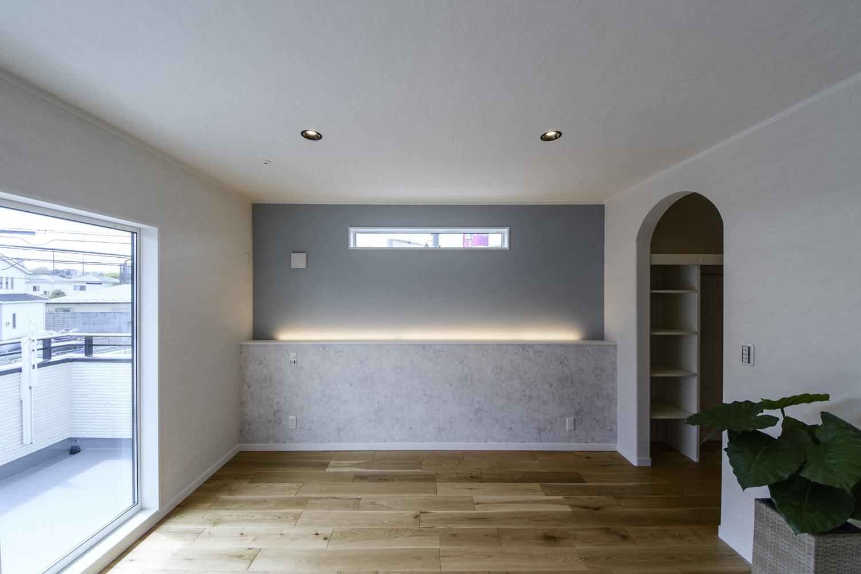 2F寝室/グレー系の落ち着いた雰囲気の壁紙をアクセントにして、間接照明を施しました。就寝前の癒しの雰囲気作りに効果的です。