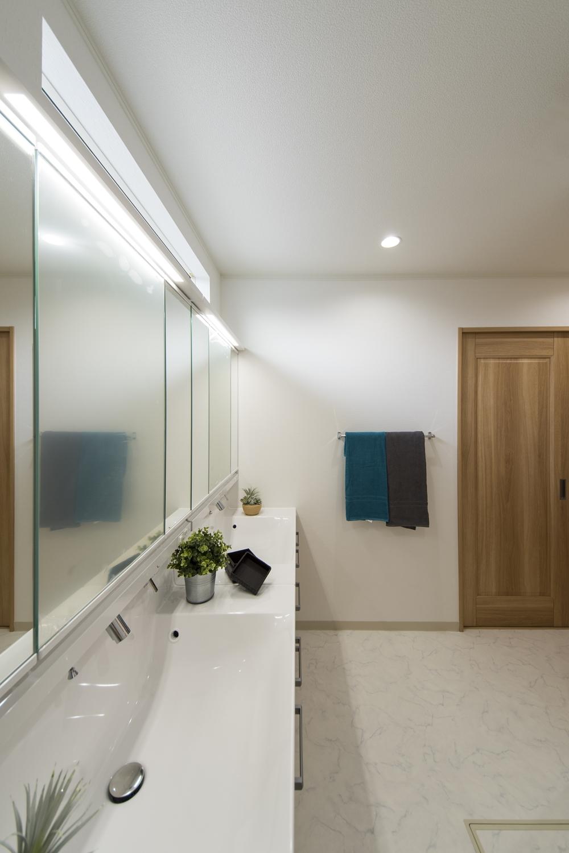 サニタリールーム/洗面台を2つ並べました。あわただしい朝でも、並んで身支度ができるのでとっても便利です。