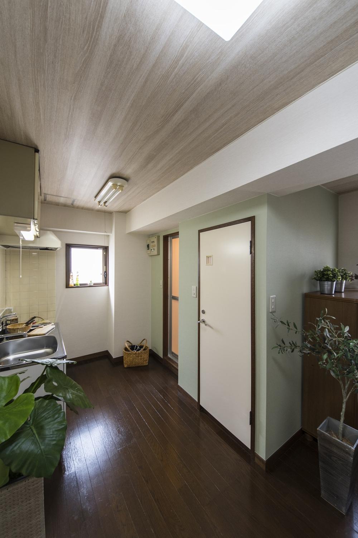 天井に白木目調のクロス、壁に淡いグリーンのアクセントクロスを施しました。