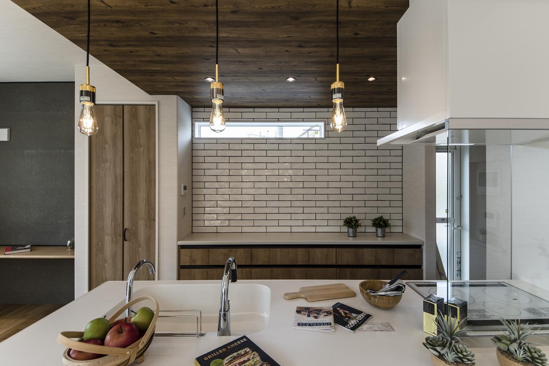 キッチン背面に白いレンガを表現した壁紙をアクセントにしました。ナチュラル&ラフな、カフェのようなキッチン!!