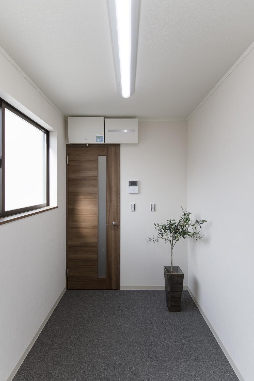 2階洋室/木のやさしい風合いを感じる建具を合わせました。
