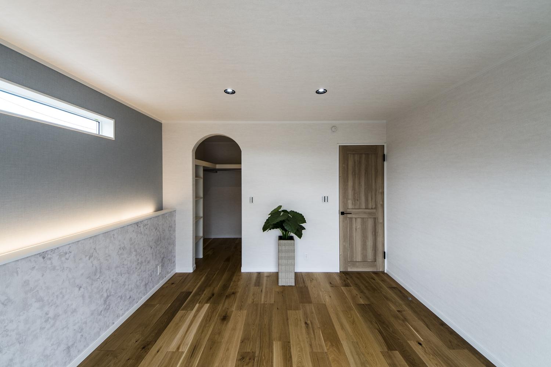 2F寝室/アーチ型入口が可愛らしい、オープンタイプのウォークインクローゼットを設えました。