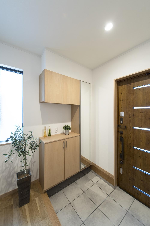 木の温もり感じる木目調のドアと収納が、玄関をナチュラルな雰囲気に包みます。