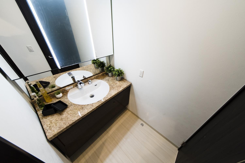 洗面室/艶やかな石肌とおおらかな石目柄を持つ大理石を忠実に再現した人造大理石カウンターの洗面台が上質な空間を演出します。