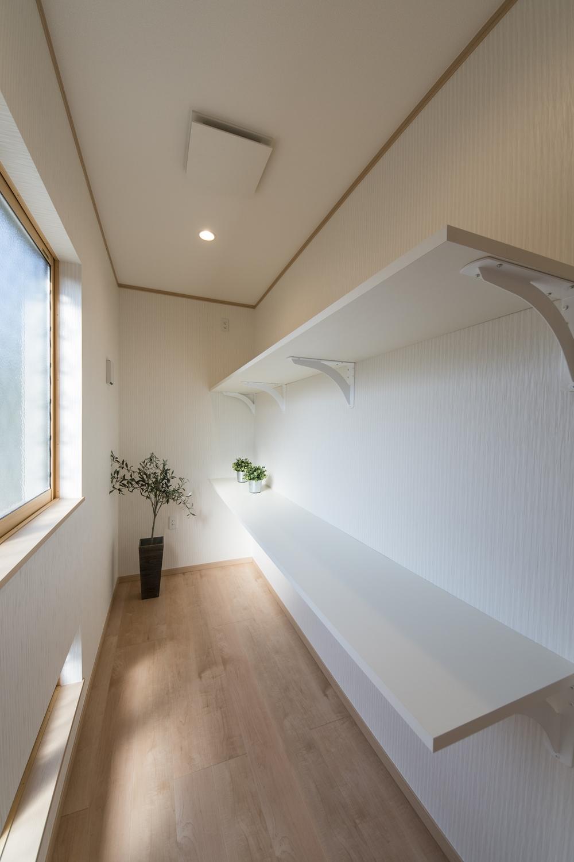 納戸(3帖)/カウンターを設置して使い勝手の良い空間に。