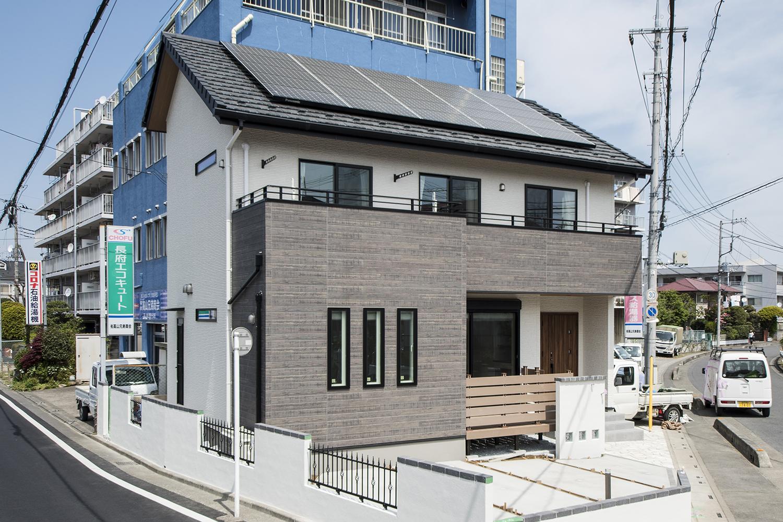 白をベースに、ヴィンテージ感のあるウッドカラーをアクセントにした外観。太陽光発電を導入した環境にやさしい住まい。