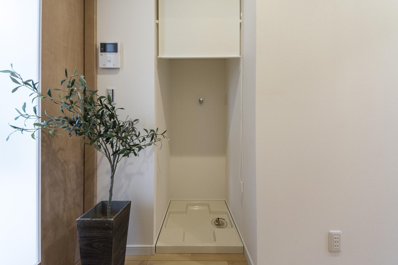 ロールカーテンで目隠しできる、洗濯機置き場。