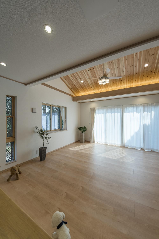 リビングダイニング/ハイスタッド仕様の高い天井+屋根の傾斜を利用した勾配天井が自慢の、家族が集まる開放感あふれる大空間。