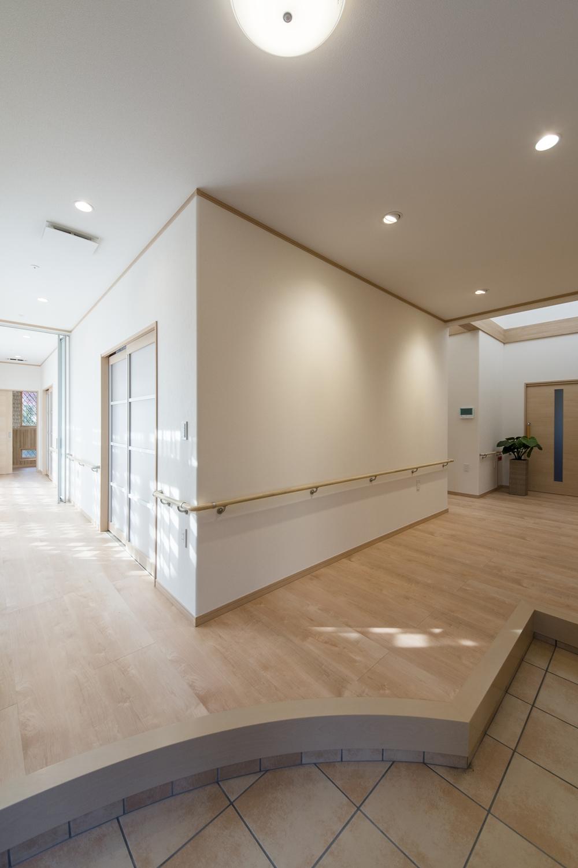 広々とした開放的な玄関ホールは、ゆったりとしたリゾートハウスのような空間です。