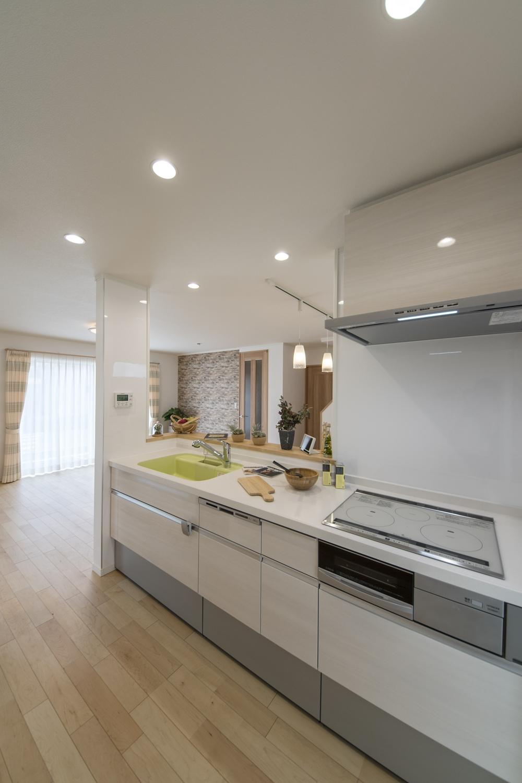 パステルカラーのシンクをアクセントにした明るく爽やかな印象のキッチン。