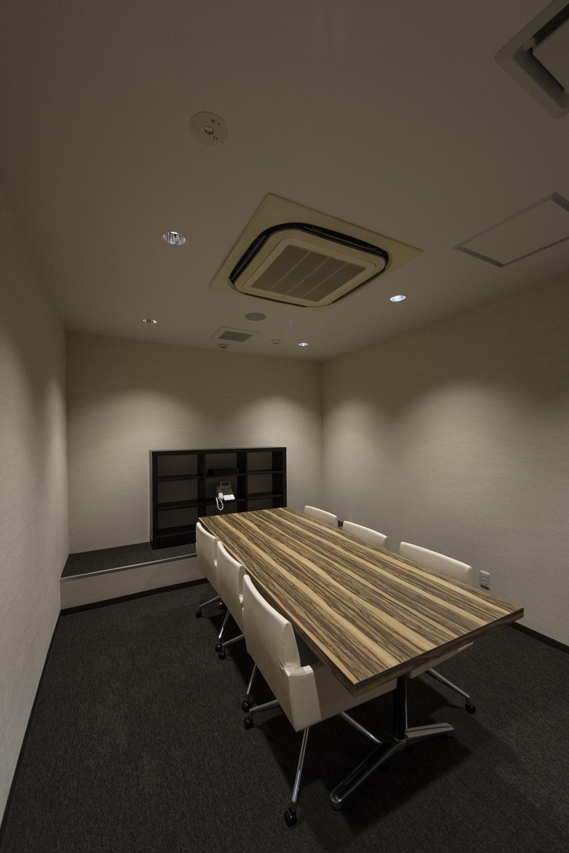 ミーティングルーム/ダウンライトをメインにした、シックでモダンな空間。