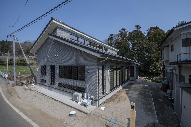 瓦屋根を施して日本の伝統的な家の印象を残しながら都会的なデザインを加えた上品な和モダンの外観。